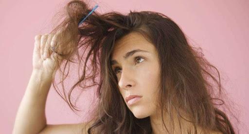ผู้หญิงกำลังหวีผมที่พันกัน