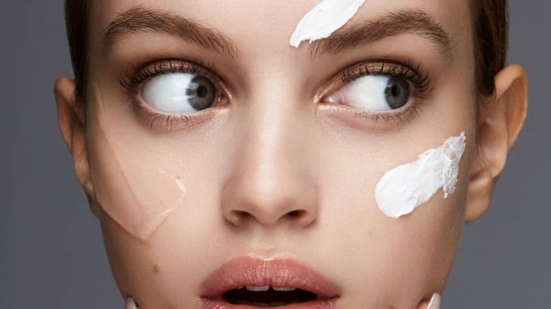 ผู้หญิงที่มีไพรเมอร์ 3 สีบนใบหน้า