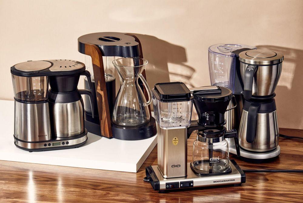 เครื่องชงกาแฟบนโต๊ะในครัว