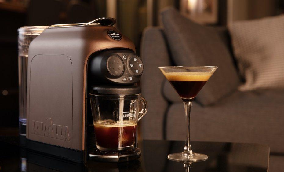 เครื่องชงกาแฟแคปซูลบนโต๊ะ