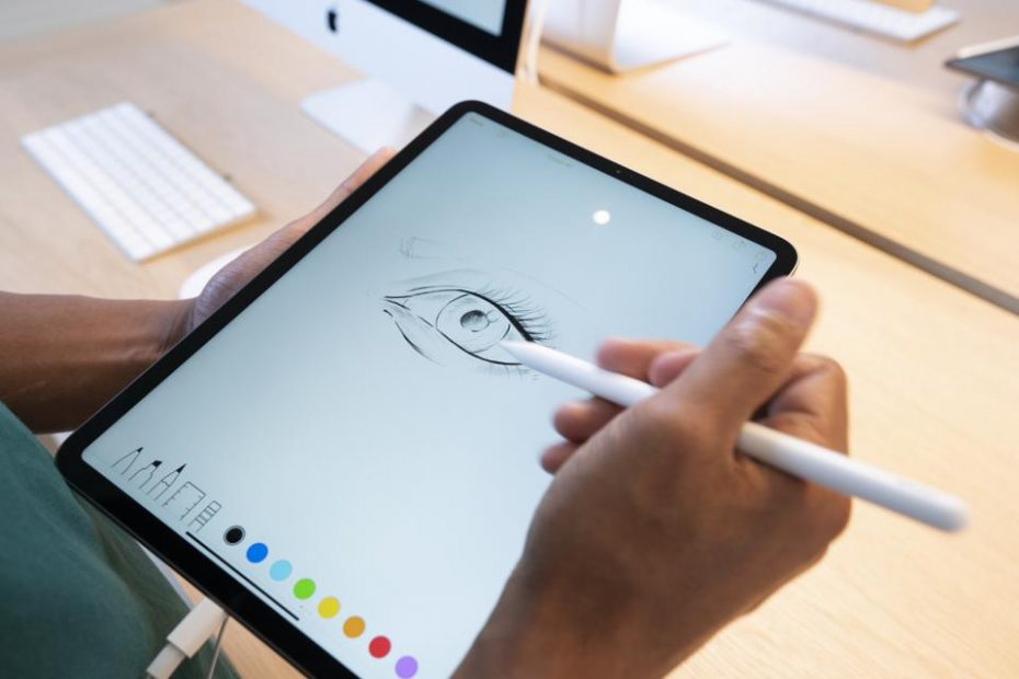 ผู้ชายกำลังวาดภาพบน ipad pro ใหม่