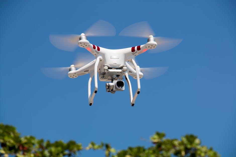 โดรนสีขาวบินได้พร้อมกล้อง