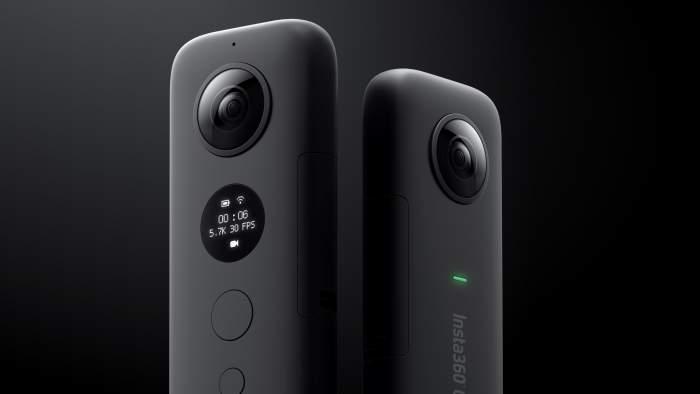กล้อง 360 องศา 2 ตัวบนพื้นหลังสีดำ