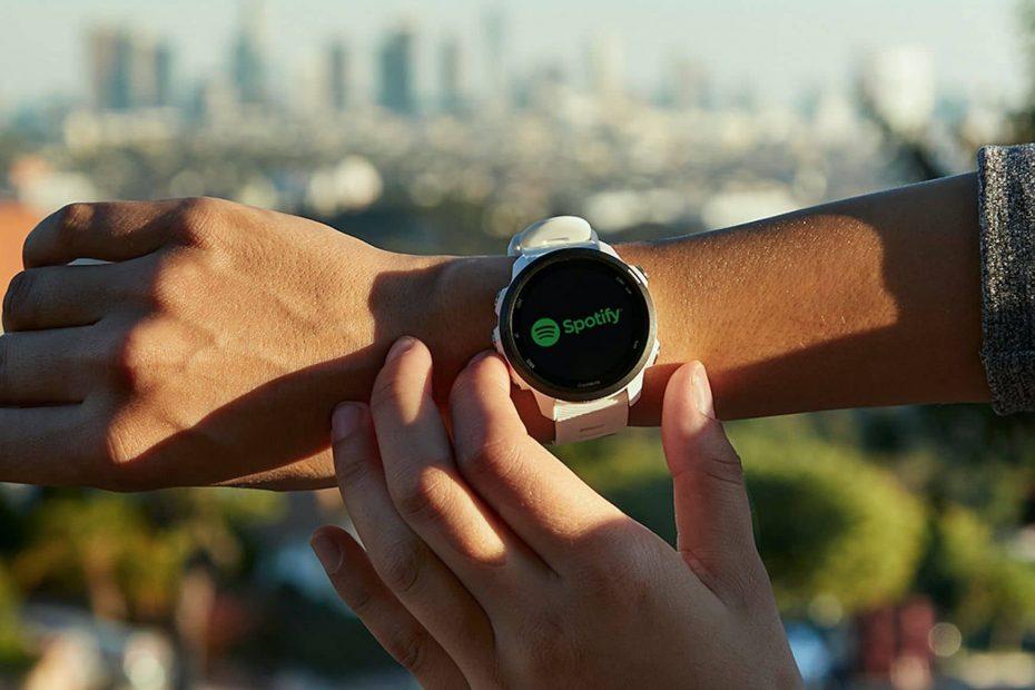 ผู้ชายกำลังใช้นาฬิกา Garmin เครื่องใหม่นอกบ้าน