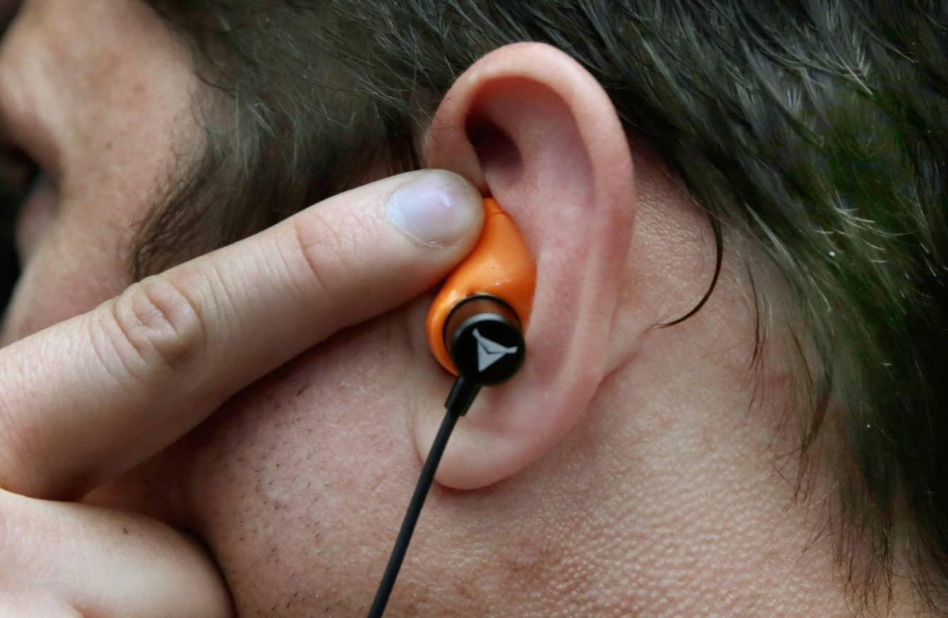 คนใส่หูฟังอินเอียร์