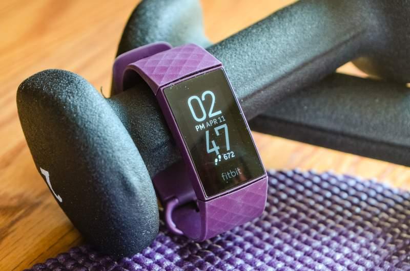 Fitbit Charge 4 บนดัมเบลล์ที่ยิม